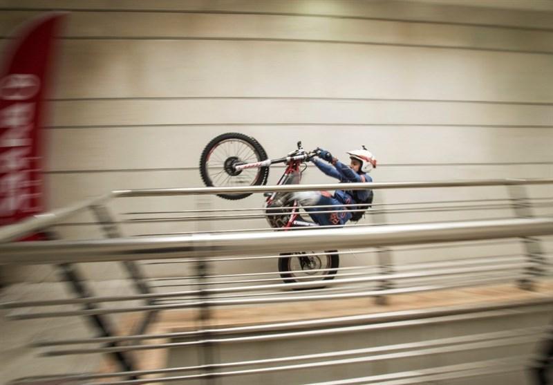 رکورد پله نوردی با موتورسیکلت در برج میلاد به ثبت رسید