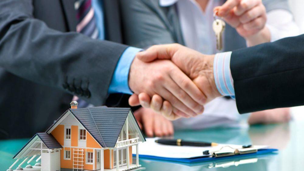 اگر صاحبخانه ملک خود را بفروشد، مستأجر چه باید کند؟