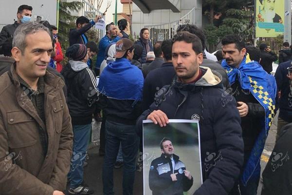 تجمع طرفداران استقلال مقابل وزارت ورزش