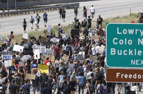 معترضان آمریکایی یک بزرگراه در جهت حرکت ترامپ را مسدود کردند