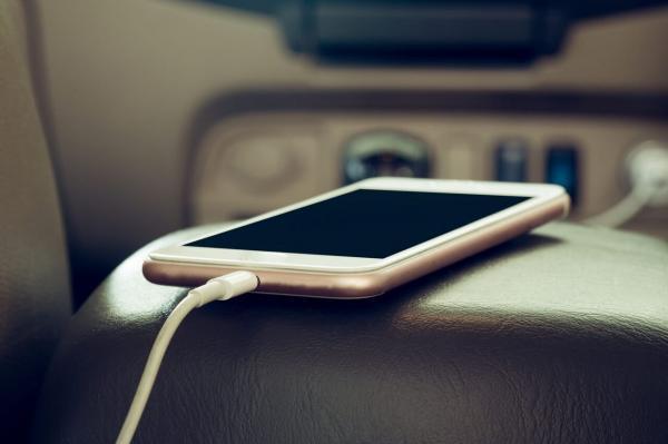 چرا نباید موبایل را در ماشین به شارژ بزنیم؟